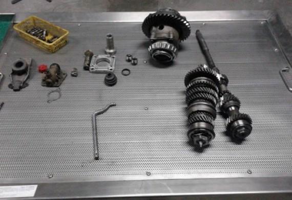 Zajmujemy się kompleksową regeneracją manualnych skrzyń biegów. Działamy tylko na najwyższej jakości częściach i przy użyciu wysokiej klasy sprzętu dzięki czemu na każdą naprawę skrzyni biegów wystawiamy gwarancję.