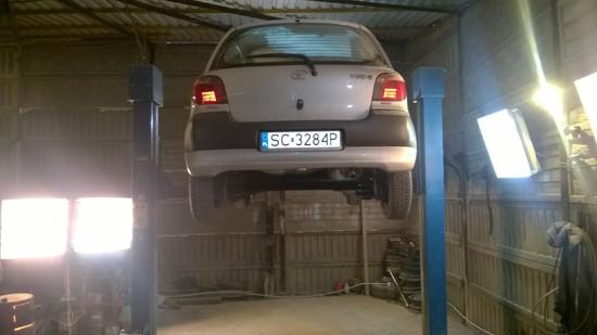 Samochód na podnośniku