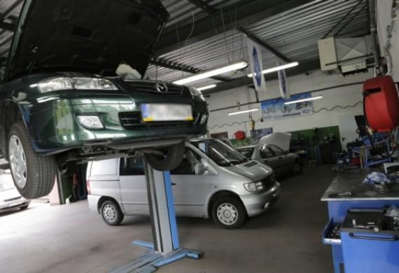 Warsztat oferuje kompleksową obsługę i naprawę samochodów wszystkich marek