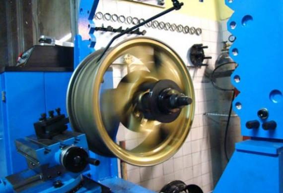 Oferujemy Państwu usługę prostowania felg stalowych i aluminiowych od 50 zł na nowoczesnym i profesjonalnym urządzeniu hydraulicznym do prostowania felg. Nie używamy młotków i tokarek  Jako firma z wieloletnim doświadczeniem wykonujemy prostowanie felg fachowo i gwarantujemy pełną satysfakcję.
