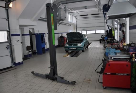 Wyposażony w podnośnik 16t pozwala na kompleksową obsługę aut dostawczych, 4 metrowe bramy.