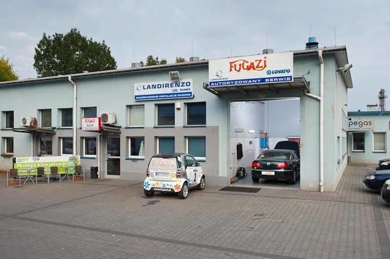 Biuro i brama hali montażu instalacji gazowych.