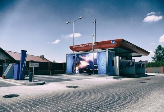 Samoobsługowa myjnia samochodowa (także stanowisko dla busów!), czynna przez 24h, z odkurzaczem i kompresorem, dostępna rozmieniarka pieniędzy.