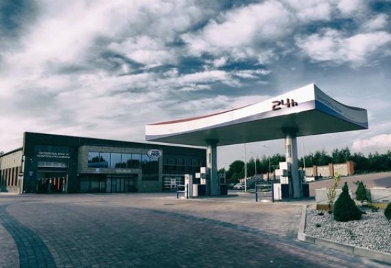 Samoobsługowa stacja paliw, czynna przez 24h, płatność gotówką oraz kartą.