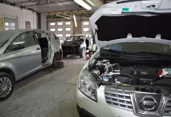Nie tracimy czasu. Podczas czekania na części do naprawianego pojazdu. Zaczynamy przygotowywać kolejny samochód do oględzin. Mamy wystarczającą ilość sprzętu i pracowników, aby podołać naprawom wielu samochodów, jednocześnie, dbając o wysoką jakość napraw i krótki czas naprawy.